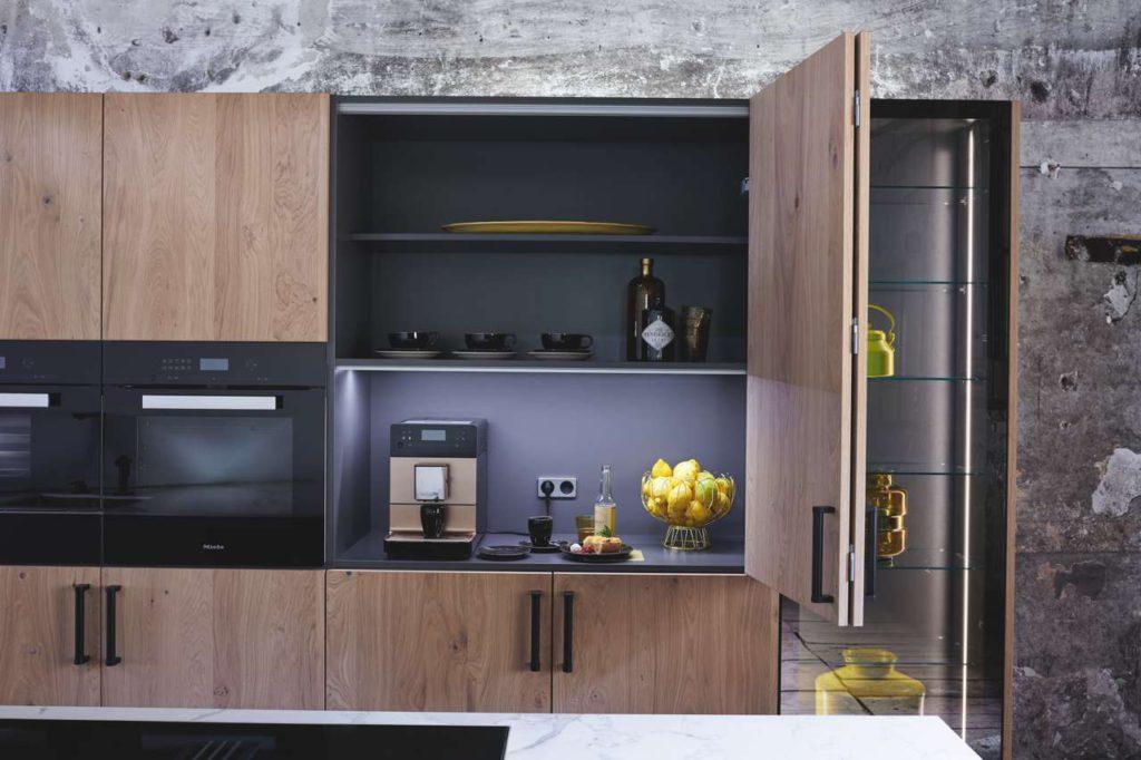 """Hochschränke in """"white oak"""", die Küchengeräte ganz einfach verschwinden lassen. Foto: ewe Küchen"""