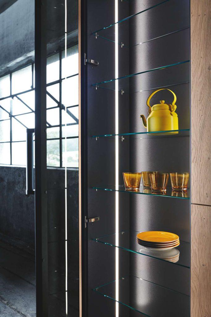 Dekorglasvitrinen ergänzen das Design der INTUO Fero Küche. Foto: ewe Küchen