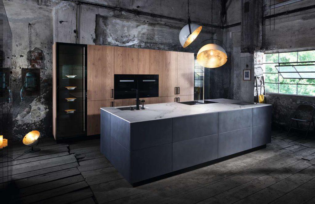 """INTUO Fero mit der Kücheninsel in der Trendfarbe """"dark iron"""". Foto: ewe Küchen"""