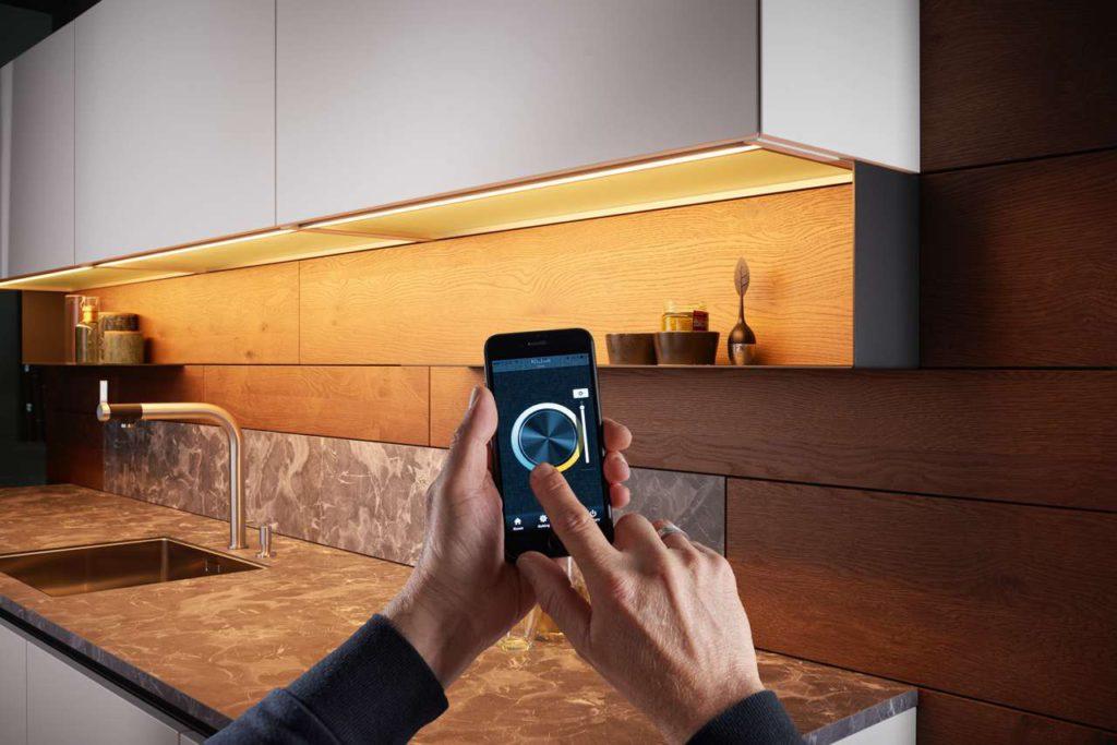 Moderne Lichtsteuerung in ewe Küchen. Foto: ewe