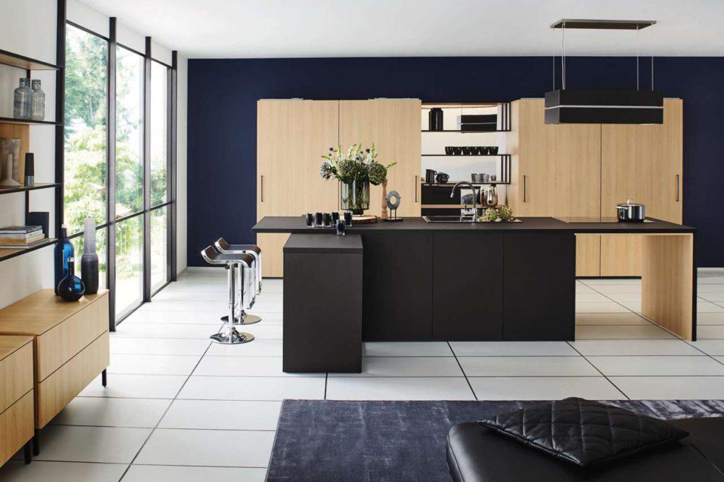 """Materialmix bei den sichtbaren Oberflächen der modernen Küche lockern die """"Made in Germany""""-Küche deutlich auf. Foto: AMK"""