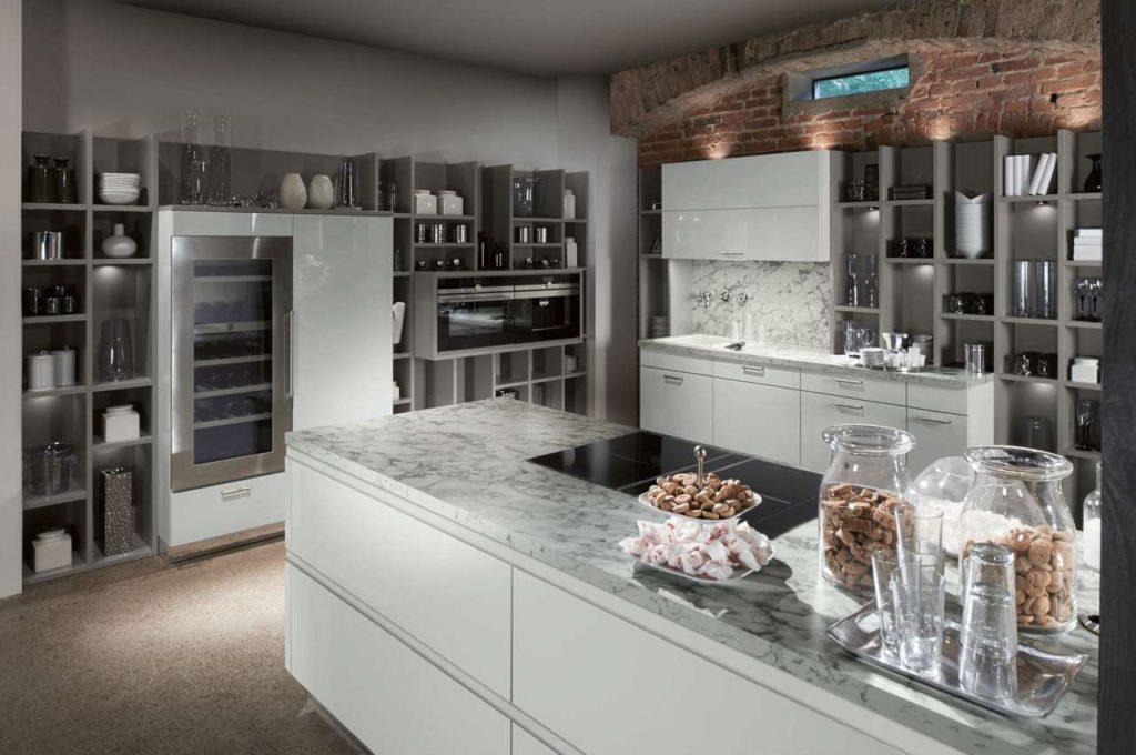 """Dank modernster Ablufttechnik sind offene Regale in modernen Küchen """"Made in Germany"""" ohne größeren Reinigungsaufwand möglich. (Foto: AMK)"""