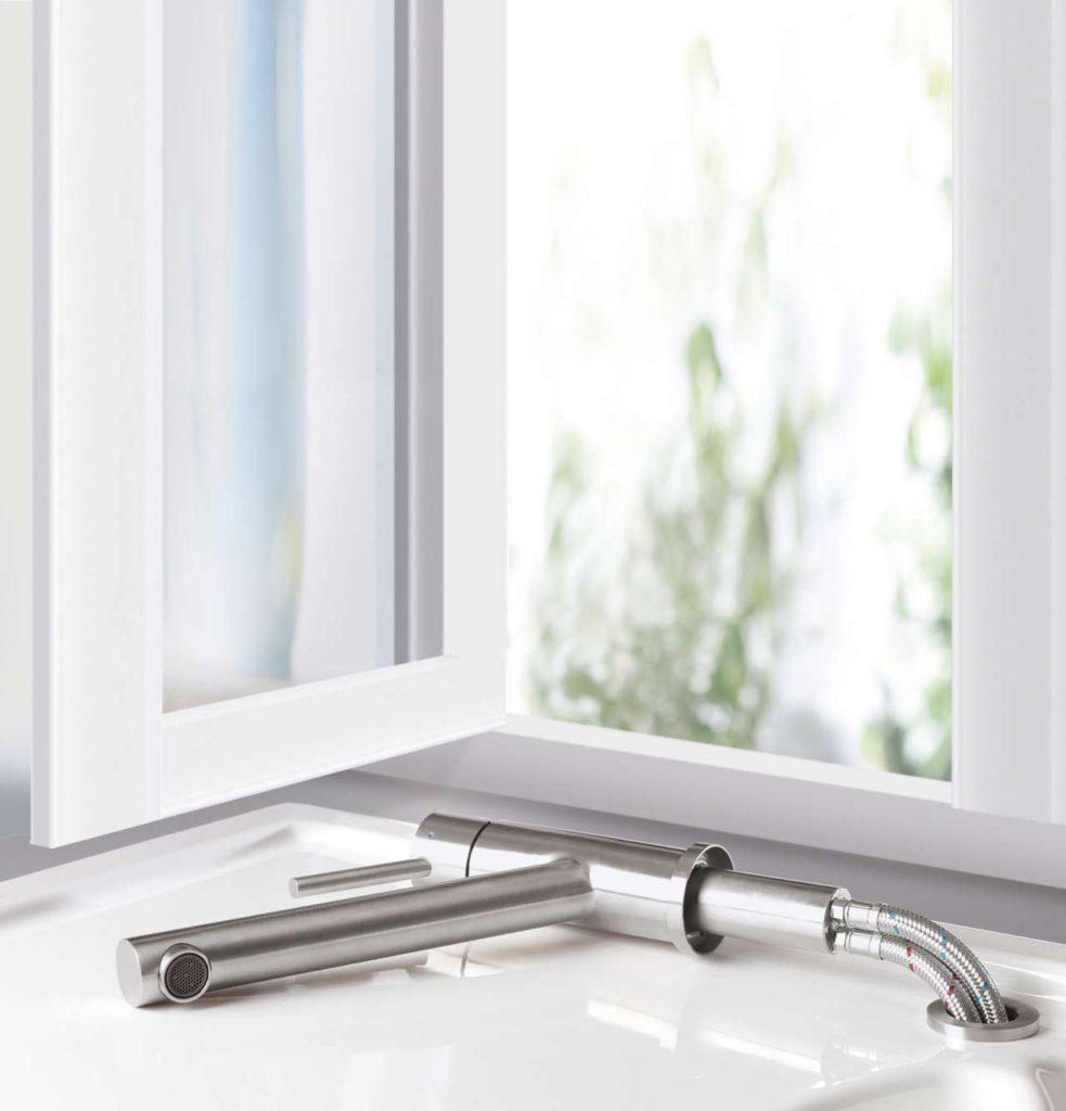 Die stylishe und praktische Lösung für den Spülplatz vor dem Fenster heißt Como Window: ohne Werkzeug kann man die Armatur aus ihrer Befestigung nehmen, sie zur Seite legen und wieder zurückstecken. Foto: Villeroy & Boch