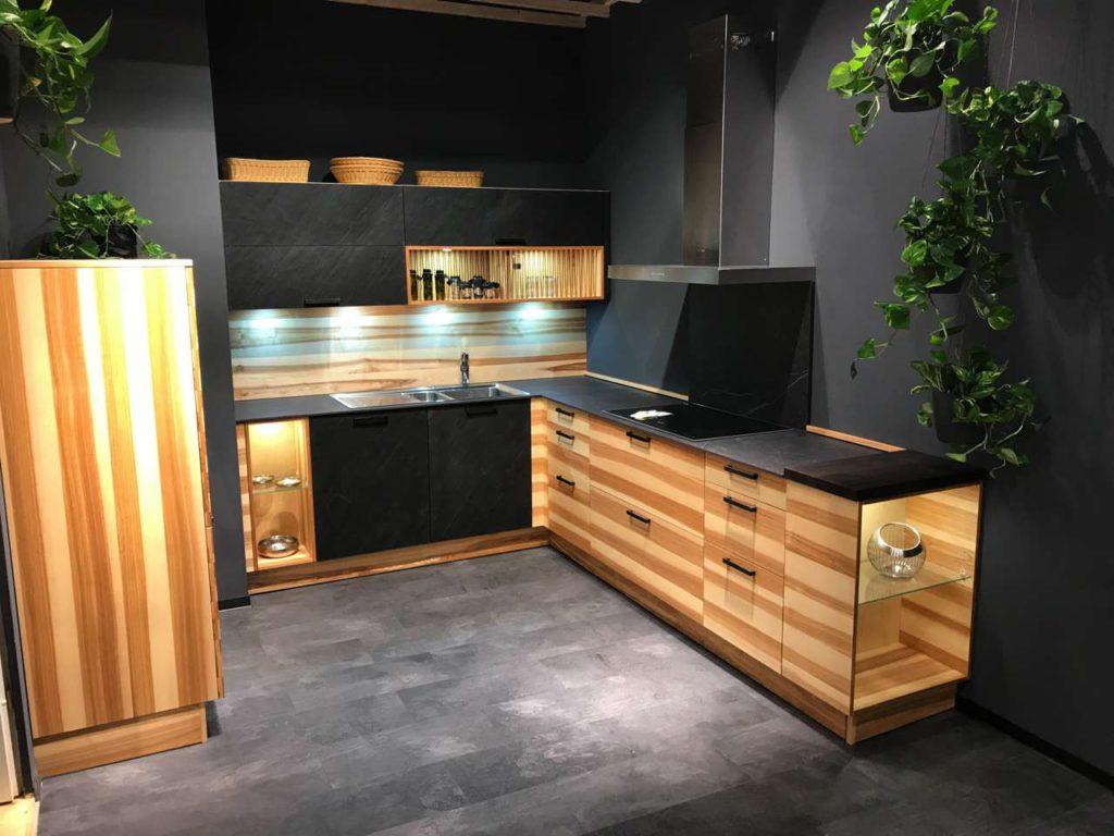 Längst kein Widerspruch mehr: Echtes Holz und modernes Design der Küche CUBE hier zu sehen in Kernesche. Foto: Oster Küche