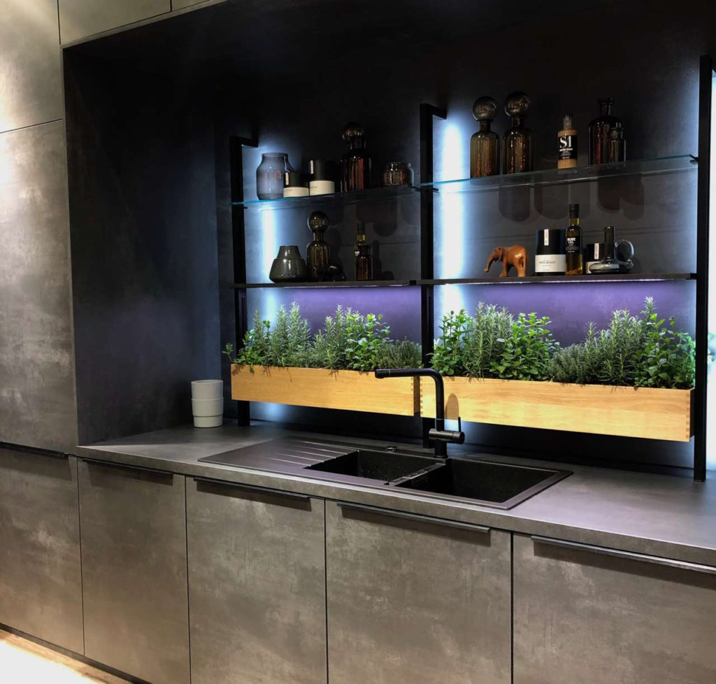 Auch bei Nobilia Küchen spielten Pflanzkästen mit UV-Licht eine Rolle. Foto: Küchen Journal