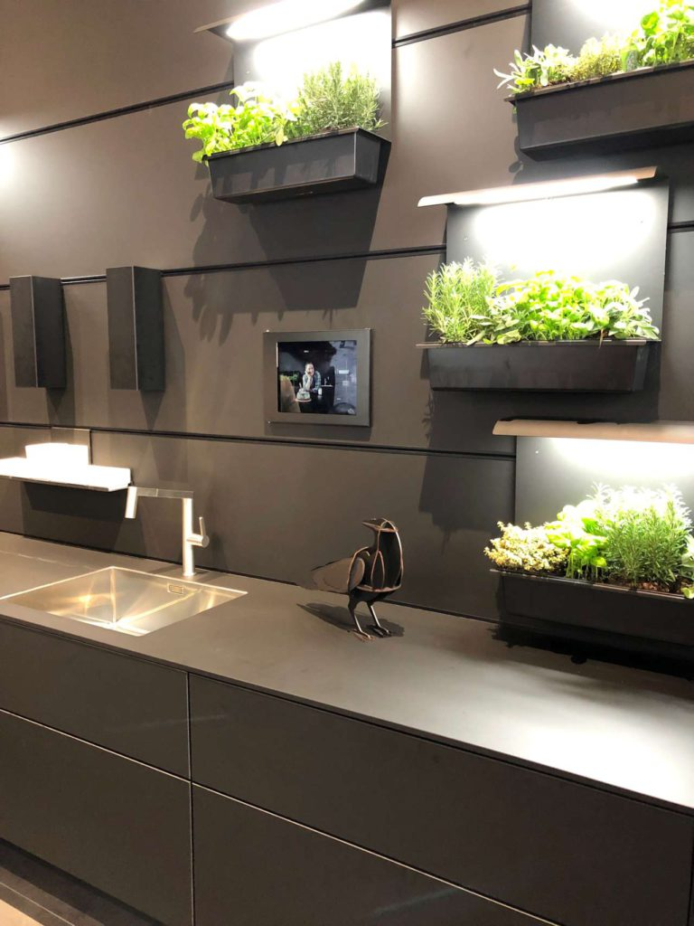 Die Münchner Firma Agrilution GmbH bringt mit ihrem Model Plantcube perfektionierte Farming Technologie in die Küche. Foto: Küchen Journal