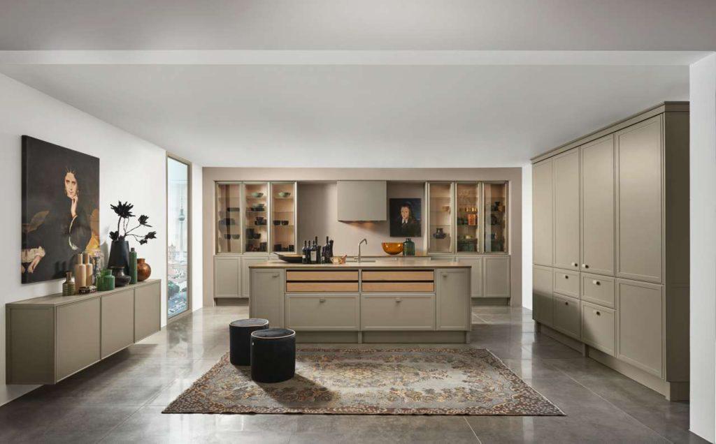 Dezente Eleganz: Die Front TORINO LACK, hier in Lava softmatt, eröffnet mit der Neuen Klassik eine ganz eigene, faszinierende Stilwelt innerhalb des Mattlackkonzepts von Nolte Küchen. Die minimalistische Klarheit des Designs ist an das Art déco angelehnt. Foto: Nolte Küchen