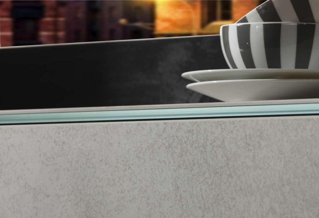 Kombiniert mit grauem Glas, Weiß- und Klarglas stehen achtzehn exklusive Oberflächen zur Wahl. Foto: Sprinz