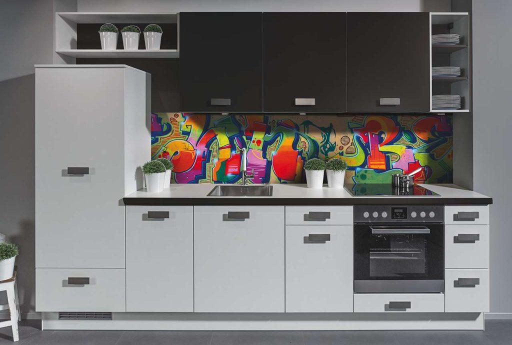 Einen Eyecatcher schafft Impuls in diesem Jahr erneut in der Nische. Kam 2017/2018 das Kuhmotiv sehr gut bei Händlern und Küchenkäufern an, setzt der Hersteller 2018/2019 mit einem farblich auffälligen Graffiti Akzente. Foto: Impuls Küchen