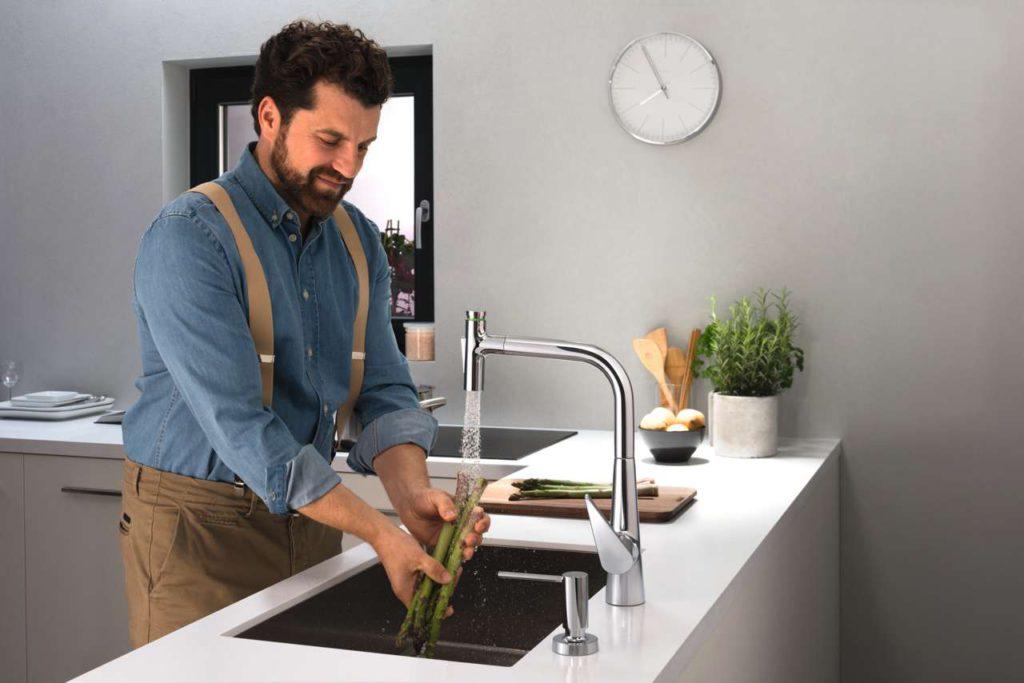 Der weichen Brausestrahl ist perfekt geeignet um Obst und Gemüse zu waschen. Foto: hansgrohe