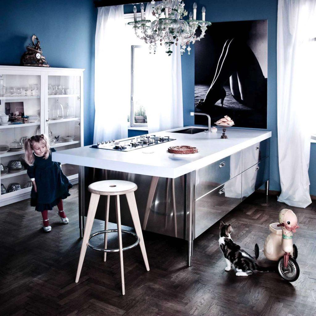 Auch als Kücheninsel bieten sich die frei stellbaren Edelstahlelemente an. Foto: Alpes-Inox