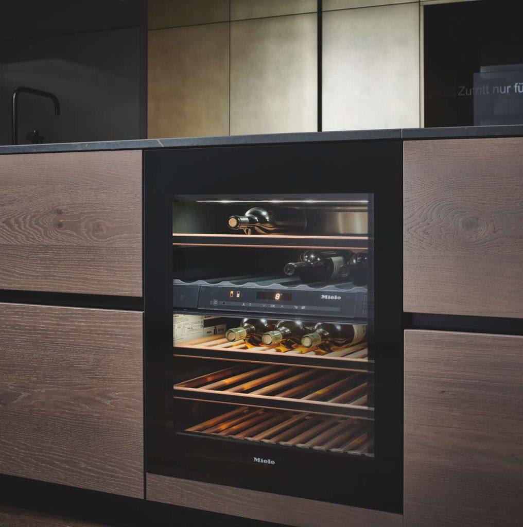 Weinkühler verarbeitet in der Kücheninsel der Impreso Foto: INTUO