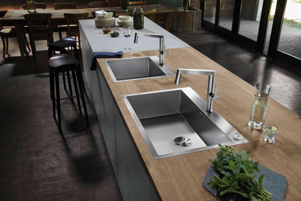 Das elegant-pure Design der Claron-Becken aus der Hightech- Manufaktur SteelArt wird unter anderem durch charakteristische 10- Millimeter Eckradien definiert. In Durinox gewinnt es zusätzlich an Funktionalität und Ausdruckskraft. Foto: Blanco