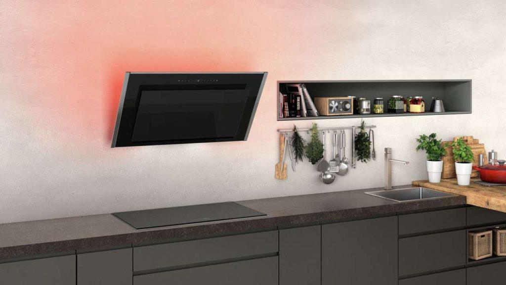 Schicke Kopffreihaube, die sich per WiFi mit einem Kochfeld vernetzen lässt. Im Automatik-Modus wird die erforderliche Lüfterstufe vom Sensor vollautomatisch erkannt, selbst ausgewählt und entsprechend nachjustiert. Foto: AMK
