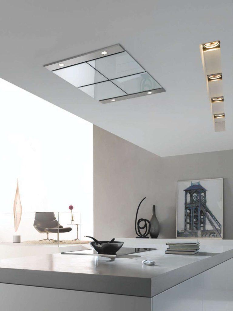 Eleganter Deckenlüfter in Glas oder Edelstahl mit einer intelligenten Gebläsesteuerung. Das Kochfeld übermittelt die Leistungseinstellungen per Funk an das Deckengebläse, das seine Absaugleistung daraufhin automatisch anpasst. Foto: AMK