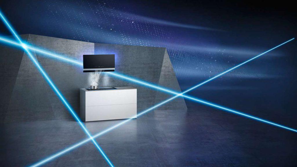 Mit vollautomatischer Lüftung. Ein Sensor überwacht bei dieser Wandhaube im schicken Vertikal-Design die Küchendünste und Gerüche und passt die Leistungsstufen automatisch an. Foto: AMK