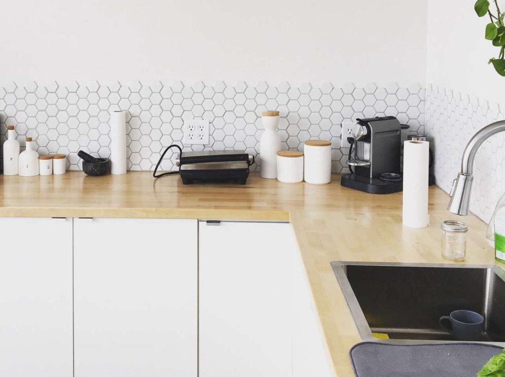In der richtigen Farbe unterstützen Küchengeräte, Deko & Co. das harmonisch Gesamtbild der Küche. Foto: unsplash.com/Mikael Cho