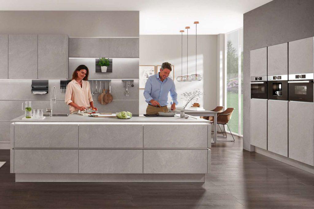 Kochvergnügen ohne Rückenschmerzen: Eine ergonomische Planung zahlt sich angesichts der langen Nutzungszeit der Küchenausstattung in jedem Fall aus. Foto: djd/TopaTeam/Nobilia