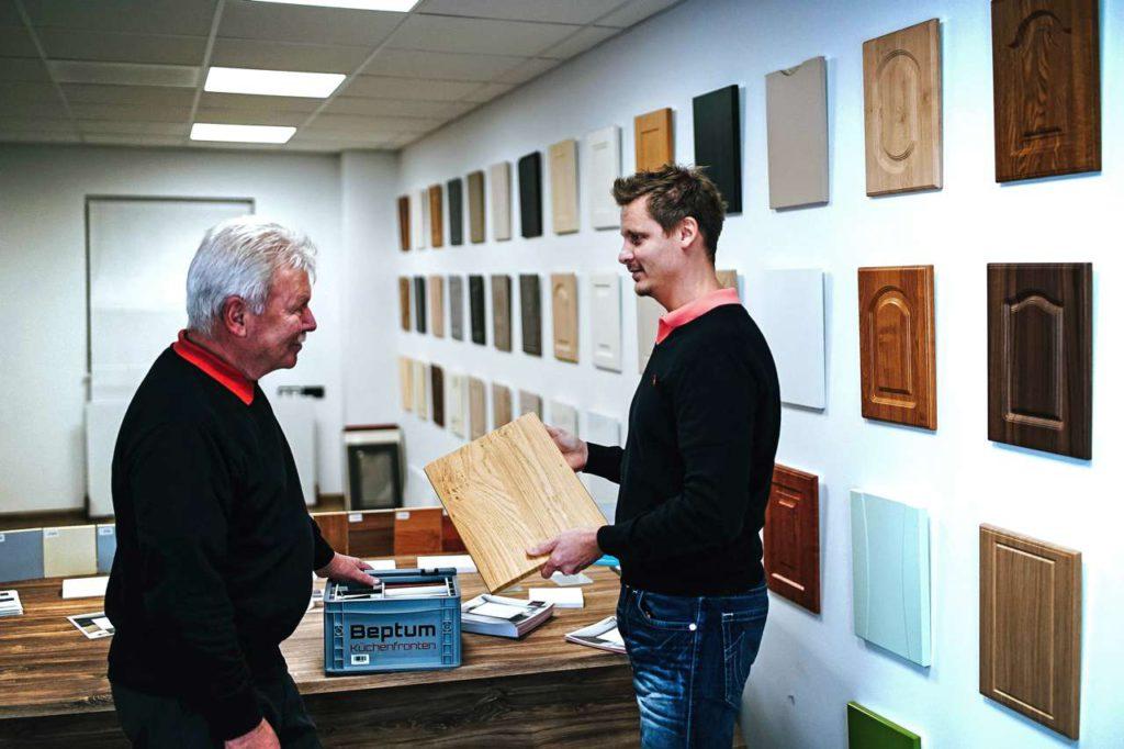 Möbelfronten gibt es in den unterschiedlichsten Oberflächenmaterialien, Profilen und Farben. Ein kostenloses Musterpaket hilft bei der Auswahl zu Hause. Foto: djd/www.beptum.de