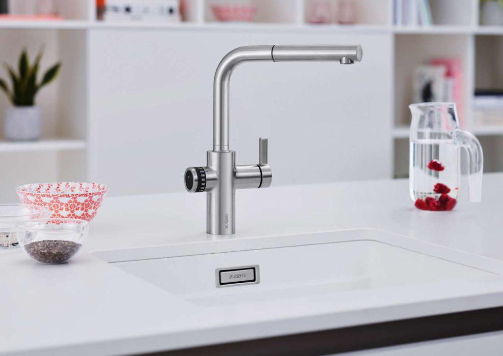 Blanco Evol-S Volume steht für integrierte Messbecher-Funktion in elegantem Design. Die neue Smart-Armatur ist als 3-in-1-Armatur konzipiert und bietet neben der praktischen Messbecherfunktion mit intuitiver Touch-Bedienung auch warmes und kaltes Wasser über einen separaten Mischhebel. Foto: Blanco