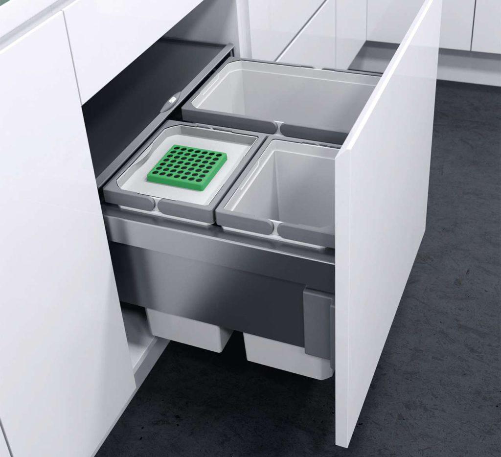 Die organischen Abfälle kommen am besten in einen Bio-Behälter mit einem Aktivkohlefilter im Bio-Deckel, der unangenehme Gerüche neutralisiert. Die ausziehbare Abdeckung aus Metall dient gleichzeitig als praktische Ablagefläche. Foto: AMK