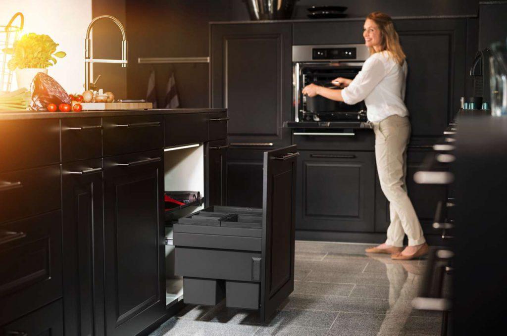 Eine komfortable Lösung für schmalere Küchenschränke mit einer Breite von 50 cm und Frontauszug. In die anthrazitfarbenen Kunststoffbehälter mit einem Gesamtvolumen von 44 Litern passt ganz schön viel rein. Foto: AMK