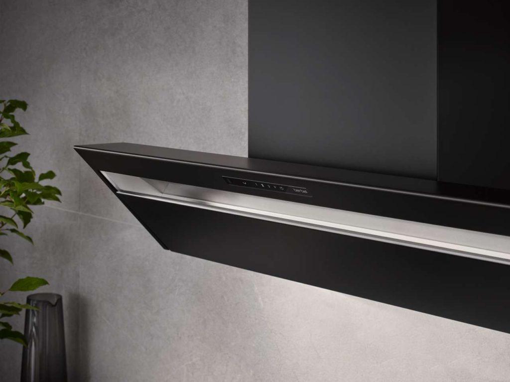 Neu in die Formline integriert ist die berbel BackFlow-Technologie, die für höchste Wrasenerfassung sorgt und somit Koch- und Bratdünsten in der Küche keine Chance lässt. Foto: berbel