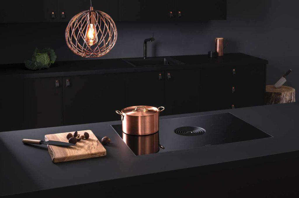BORA Pure überzeugt mit der Hochwertigkeit seiner Materialien wie SCHOTT® Glaskeramik und bester Verarbeitung und ist sowohl als Abluft- als auch Umluft-Variante erhältlich. Foto: BORA