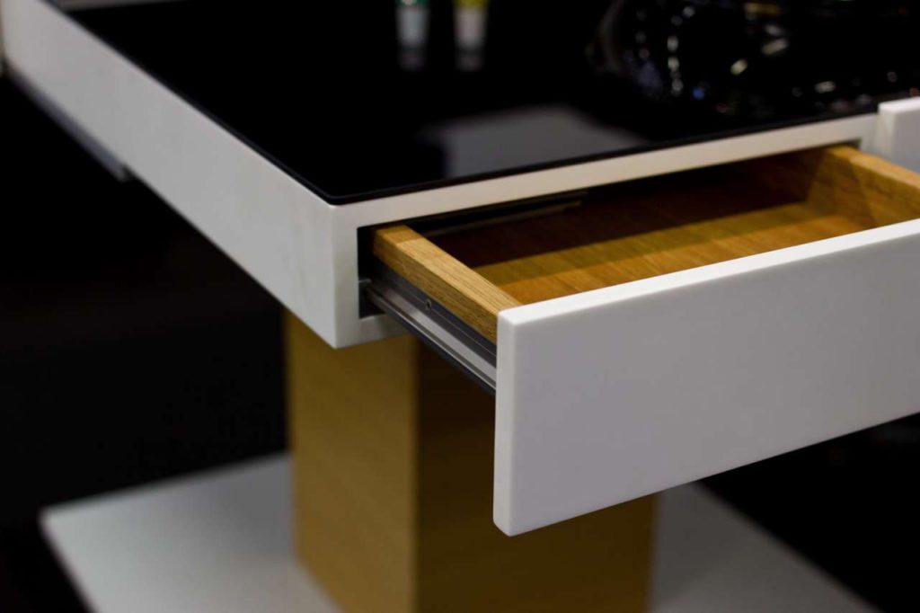 Der Tisch bietet praktische Schubladen für Gewürze, Küchenutensilien und mehr. Foto: BODI Interiors