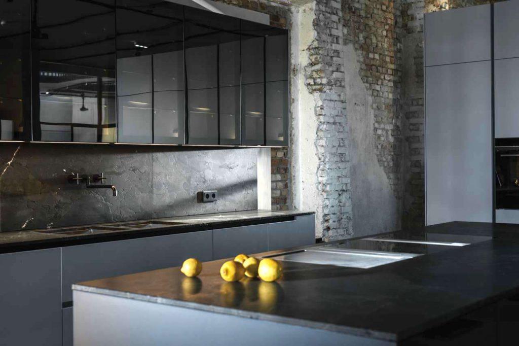 Trotz Reflexionen strahlt die Küche eine behagliche Ruhe aus. Foto: ewe
