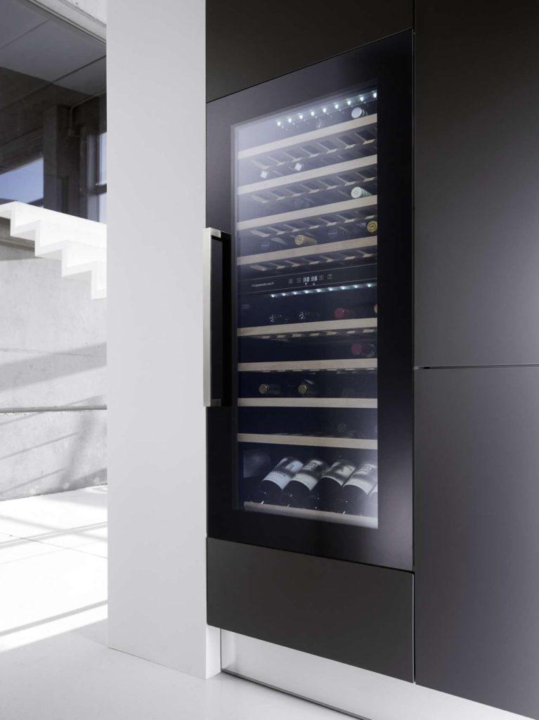 Der neue Weinklimaschrank von Küppersbusch für die 122 cm-Nische hat eine Kapazität für bis zu 79 Flaschen. Foto: Küppersbusch