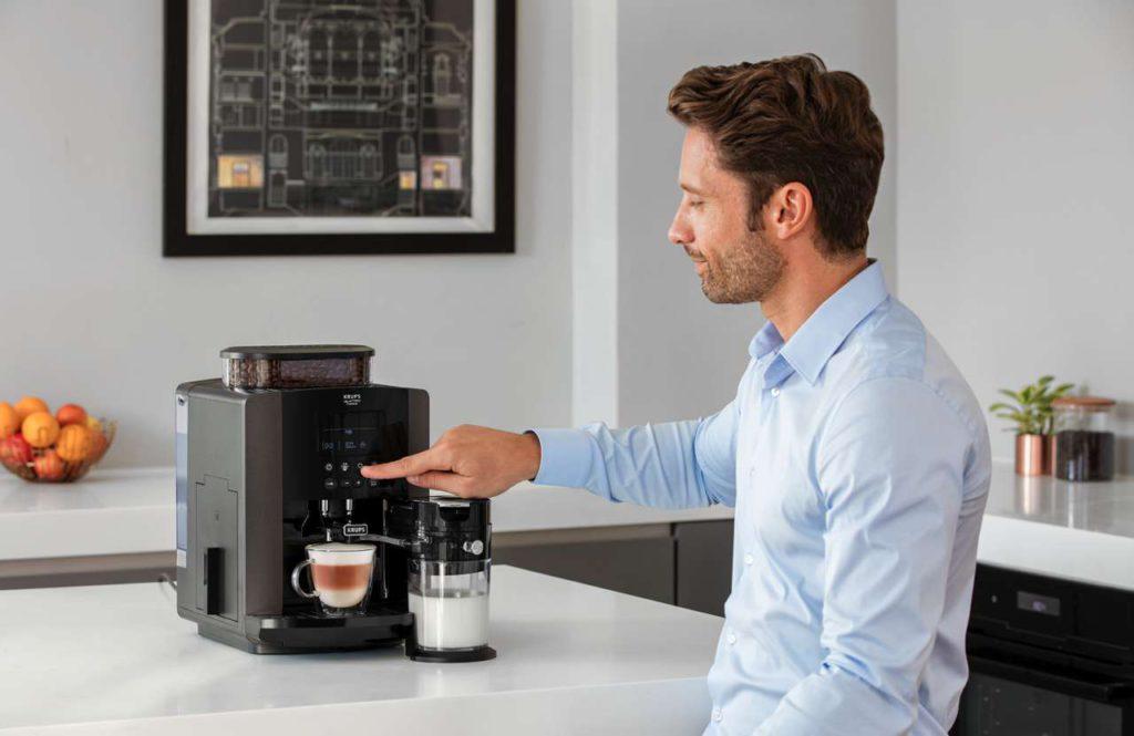 Das Auswählen der verschiedenen Kaffeespezialitäten wird durch das große LCD-Display vereinfacht. Foto: Krups