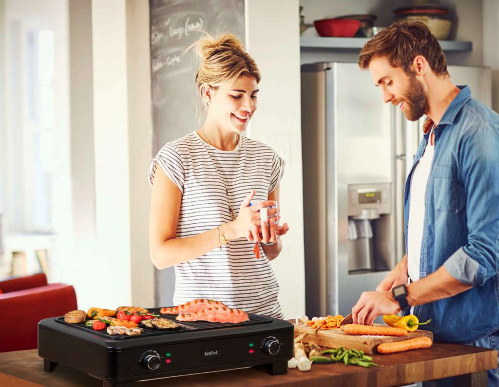 Der neue Smokeless Indoor Grill von Tefal verhindert durch die innovative Anordnung von Grillrost und Heizstäben, dass das Fett wie sonst üblich direkt auf die Grillfläche tropft. Foto: Tefal