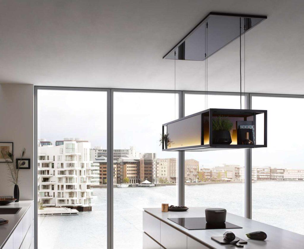 Die Skyline Frame schwebt an ebenso stabilen wie feinen Seilen unter der Decke und lässt sich in der Höhe sanft und stufenlos per Fernbedienung oder App über das Smartphone steuern. Foto: berbel