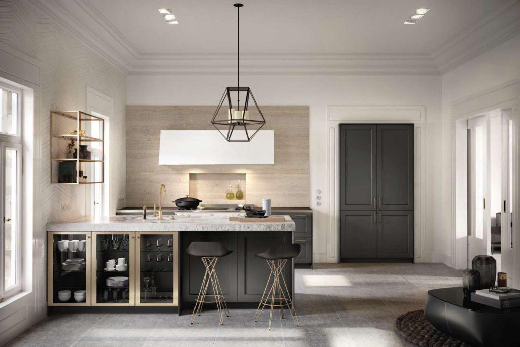 """Die SieMatic Stilwelt CLASSIC lässt schier unbegrenzten Gestaltungsspielraum. Dieses Beispiel zeigt, wie man eine Planung aus wenigen Möbelelementen sehr hochwertig und individuell gestalten kann. Der Kochbereich wird dank der Arbeitsplatte in Marmoroptik zum eleganten Blickfang, metallfarbene Details in """"goldbronce"""" verleihen der Küche wertvollen Glanz. Die Hochschrank-Kombination aus Kühl-/Gefriergeräten und Vorratsschrank wurde raffiniert in einen nicht benötigten Türrahmen integriert. So verbindet sich die Küche harmonisch mit der Architektur. Foto: ©SieMatic"""
