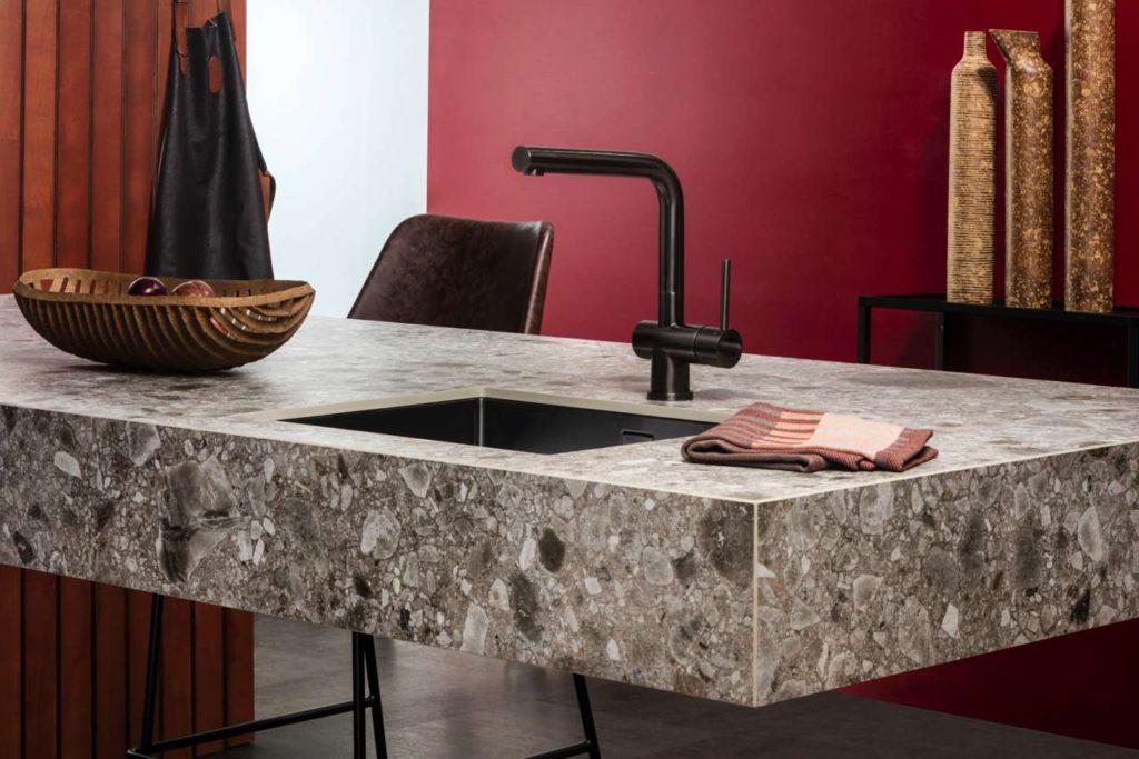 Ein wichtiger und beliebter Werkstoff in Lifestyle-Küchen sind keramische Arbeitsplatten. Ihre schönen und vielfältigen Oberflächen sind pflegeleicht, schmutzabweisend, hitze- und kratzfest. Foto: AMK