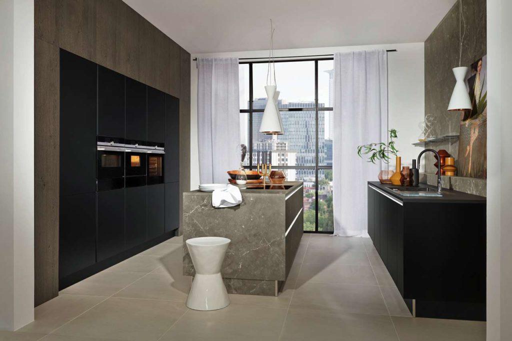 Trendthemen Marmor & Schwarz: in dieser attraktiven Küche wurden zwei hochwertige Schichtstoffe perfekt miteinander kombiniert – in Marmor-Optik und Schwarz softmatt. Foto: AMK