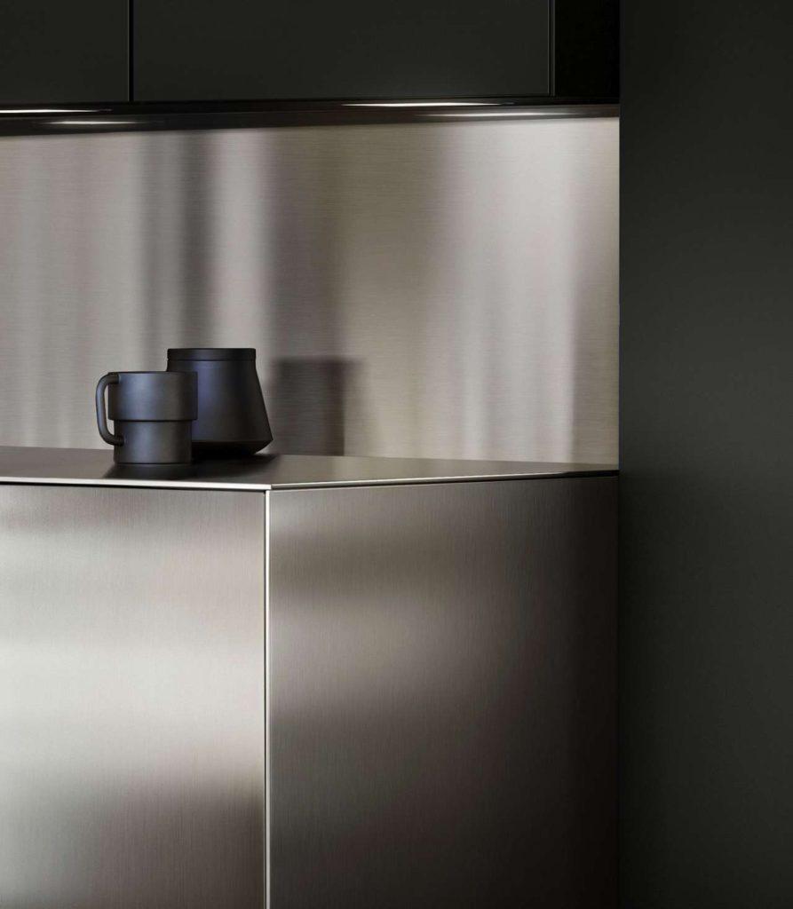 Sehr edel und professionell muten diese attraktiven Metalloberflächen an, z. B. in Edelstahl gebürstet. Der hygienische und strapazierfähige Werkstoff wird mit der Zeit noch schöner. Foto: AMK