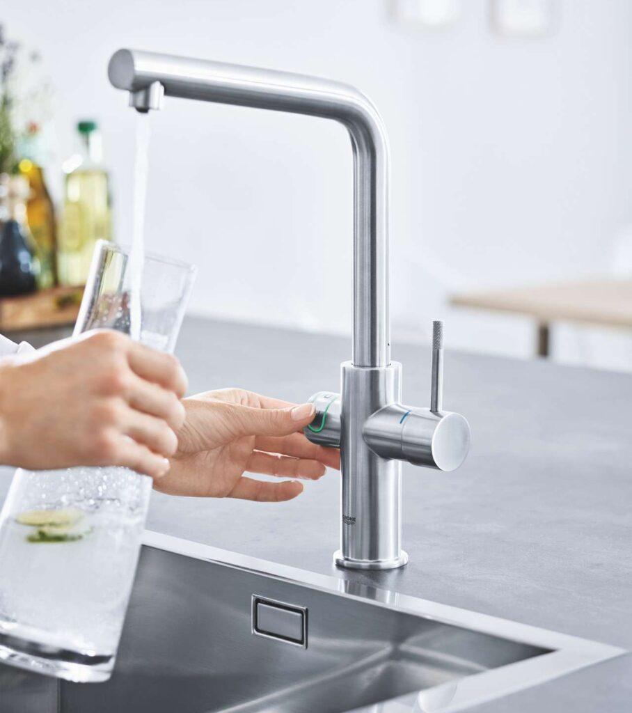 Das smarte Wassersystem GROHE Blue Home Pull-Out Connected bietet gefiltertes und auf die optimale Trinktemperatur gekühltes Wasser in den Varianten still, medium und sprudelnd direkt aus der Armatur. Foto: GROHE AG