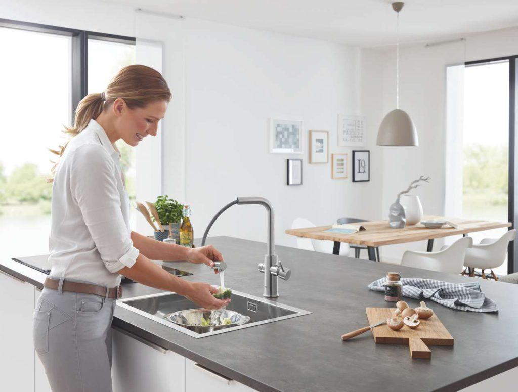 Der herausziehbare Auslauf von GROHE Blue Home Pull-Out Connected sorgt für ultimative Flexibilität. Foto: GROHE AG