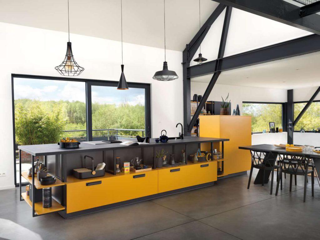"""SCHMIDT lässt der Kreativität freien Lauf. Mit der Option Color-Mix sind drei Farbtöne pro Möbel wählbar. Wie hier beim neuen Küchenmodell """"Loft Madras"""", wo die kräftige Farbe """"Madras"""" mit dem dunklen """"Caneo"""" einen perfekten Gegenspieler findet. Foto: SCHMIDT Küchen"""