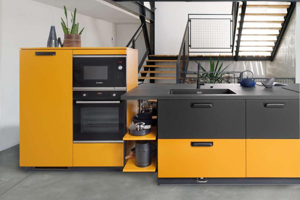 """SCHMIDT lässt der Kreativität freien Lauf. Mit der Option Color-Mix sind drei Farbtöne pro Möbel wählbar. Wie hier beim neuen Küchenmodell """"Loft Madras"""", wo die kräftige Farbe """"Madras"""" mit dem dunklen """"Caneo"""" einen perfekten Gegenspieler findet. Fotos: SCHMIDT Küchen"""
