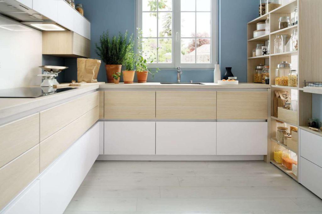 """Option Hybrid – damit der moderne Küchen-Lifestyle eine noch persönlichere Note bekommt. Bei diesem neuen Modell setzt SCHMIDT dem hellen Farbton """"Magnus"""" mit seiner ruhigen, dezenten Maserung die ultramatte Oberfläche in der Farbe """"Nano Everest"""" entgegen. Foto: SCHMIDT Küchen"""