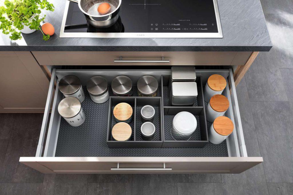 Bei der Konzeption einer Küche ist jedes Detail wichtig - hier beispielsweise eine überbreite Schublade direkt unter dem Herd. Sie erleichtert den schnellen Zugriff der wichtigen Kochutensilien direkt an der richtigen Stelle. Foto: djd/Küchen Quelle GmbH