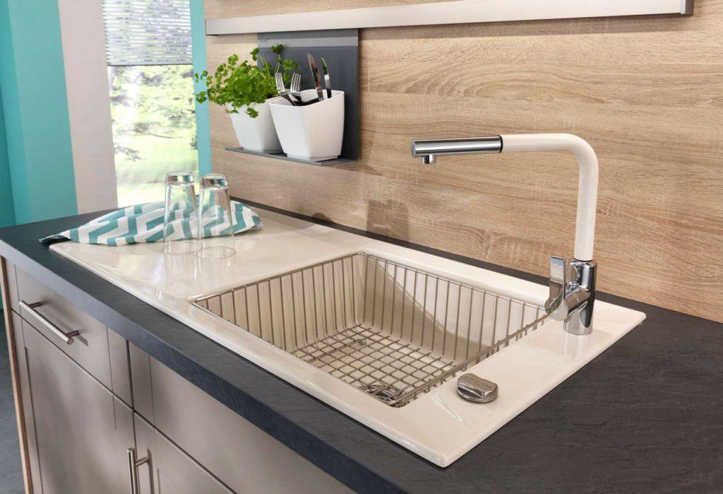 Eine gute Ergonomie bedeutet, dass auch die Arbeitshöhe die Küchenarbeit deutlich leichter macht. Foto: djd/Küchen Quelle GmbH