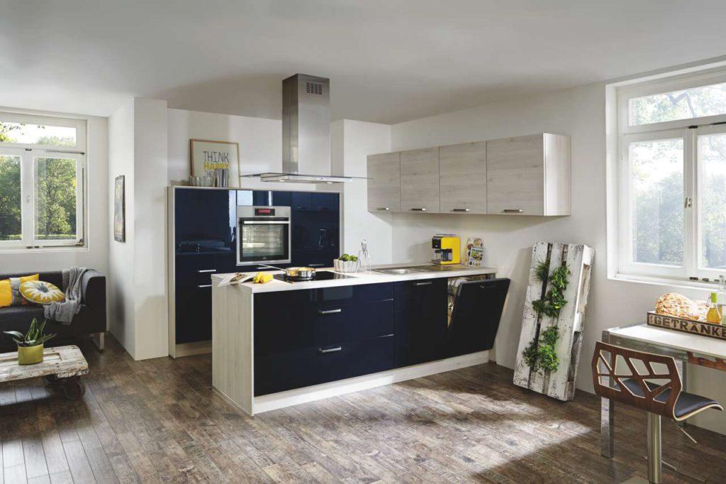 Mit einem selbstgebauten Kräuterregal aus einer Europalette hält die Natur Einzug. Foto: Küche&Co.