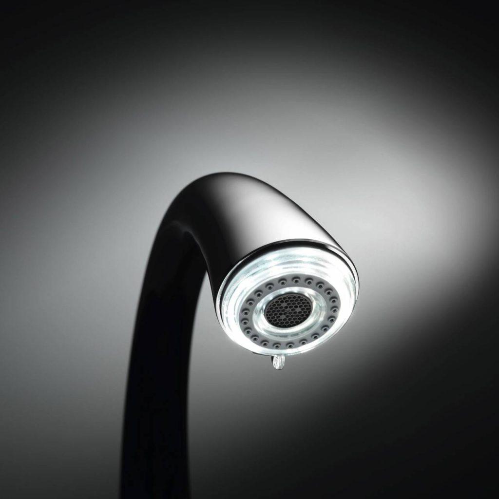 Wie eine Skulptur mutet diese Premium-Küchenarmatur an. Der LED-Lichtring befindet sich im Auszugsauslauf. Auf Knopfdruck entsteht ein faszinierender Strom aus funkelndem Licht und Wasser. Die LED-Beleuchtung schaltet sich nach 30 Minuten automatisch aus. Foto: AMK