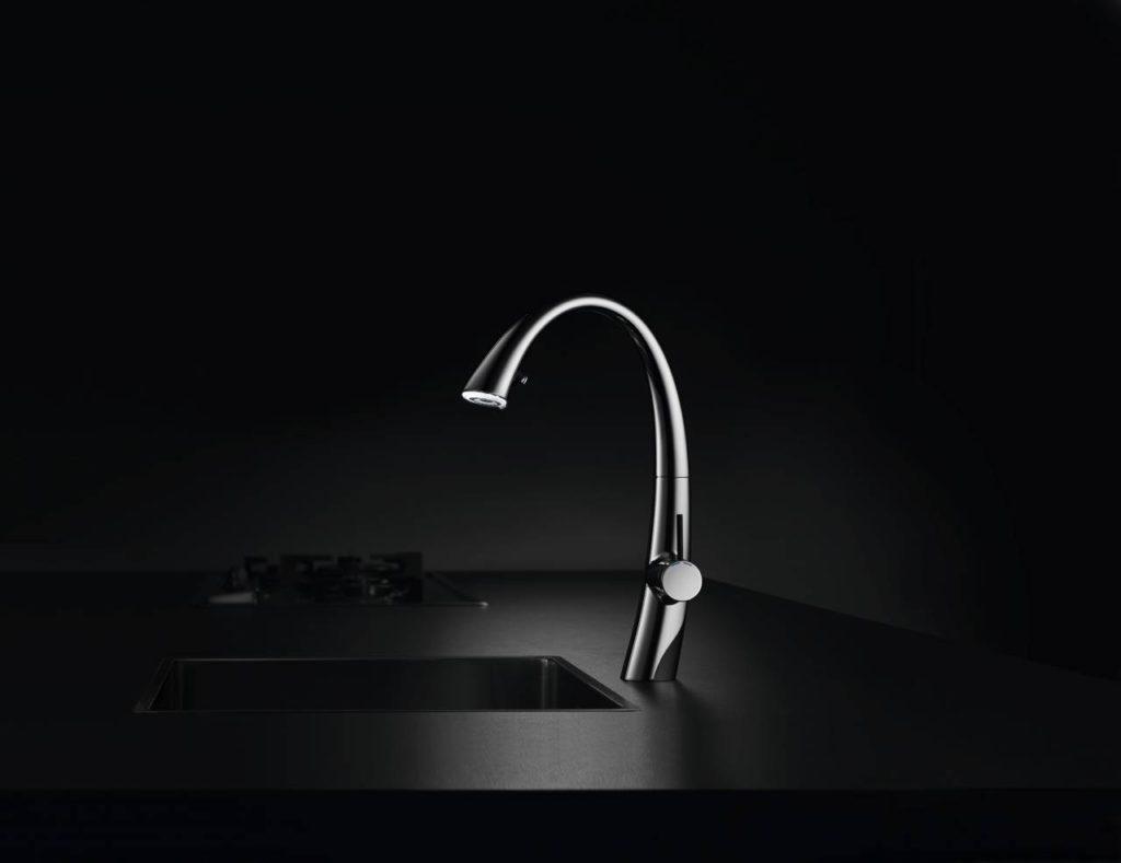 Wie eine Skulptur mutet diese Premium-Küchenarmatur an. Der LED-Lichtring befindet sich im Auszugsauslauf. Auf Knopfdruck entsteht ein fas-zinierender Strom aus funkelndem Licht und Wasser. Die LED-Beleuchtung schaltet sich nach 30 Minuten automatisch aus. Foto: AMK