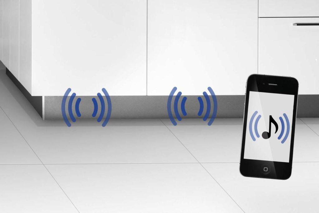 Einfach die Sockelleiste abnehmen, den Exciter daran anbringen, das Soundsystem mit dem Smartphone oder Tablet via Bluetooth verbinden und den Lieblings-Soundtrack genießen. Foto: AMK
