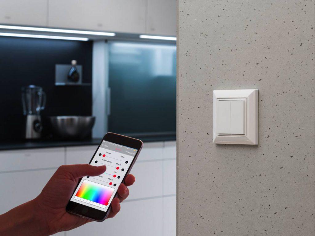 Megatrend Licht – Sound – Smart Kitchen. Individuelle Lichtszenarien und ganze Licht-Animationen lassen sich beispielsweise auch über einem komplett wartungsfreien Funkwandschalter programmieren. Foto: AMK